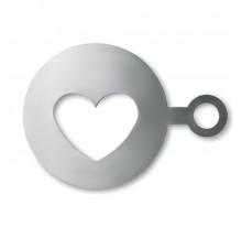 Metalowy szablon do kawy w kształcie serca.