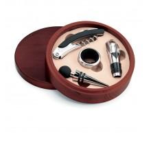 Zestaw do wina w drewnianym pudełku.